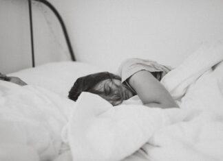 Jeśli powyższe sposoby nie pomagają, można sięgnąć po suplementy poprawiające jakość snu – takie jak ashwagandha, melatonina czy tryptofan.