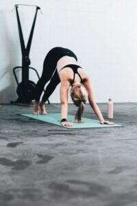 regeneracja, regeneracja po treningu, stretching, rolowanie, trening siłowy