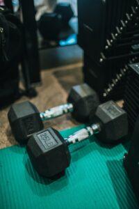 trening na siłowni, trening, systemy treningowe, trening siłowy, trening dla początkujących, fbw, split